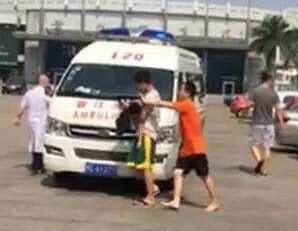 晋江一男童溺水游泳馆 救生员一把将他拉起(图)